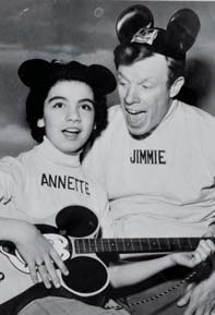Annette Funicello e Jimmie Dodd, quest'ultimo leader dei Mouseketeers alla trasmissione The Mickey Mouse Club